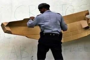 Policía cubano tapa carteles antigubernamentales_foto tomada de internet