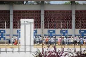 """Pacientes psiquiátricos de """"Mazorra""""_foto tomada por Calixto Ramón desde el exterior del hospital"""