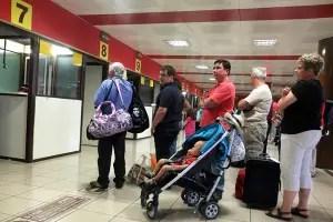 Viajeros en la línea de entrada a Cuba, aeropuerto_foto tomada de internet