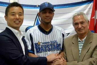 Yulieski Gourriel, al centro, con el uniforme de un club de baseball japonés (foto de Internet)