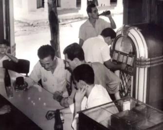 Jóvenes jugando al cubilete en el bar del barrio (foto tomada de Internet)