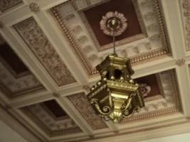 Detalle de techo y lámpara de bronce, restaurados (foto del autor)