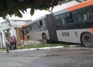 Foto del ómnibus impactado contra la vivienda (foto de Ernesto Aquino)