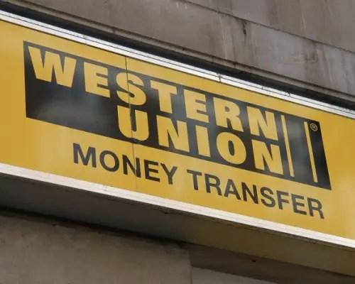 Los cubanos suelen recibir las remesas a través de la Western Union (CC)