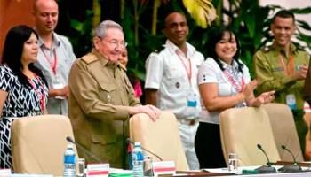 Raúl Castro, junto a Yuniasky Crespo Baquero (izquierda) y Sucelys Morfa (derecha) (foto tiempo21.cu)