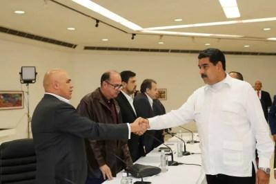 Maduro saluda al el secretario ejecutivo de la alianza opositora Mesa de la Unidad Democrática (MUD), Jesús Torrealba (EFE)