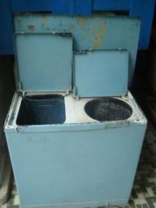 Lavadora Aurika importada en los años ochenta a Cuba desde la URSS y que todavía muchas familias cubanas conservan... a falta de otra. Foto tomada de: http://museodelanostalgia.blogspot.ch/2009/02/la-infame-lavadora-aurika-80.html