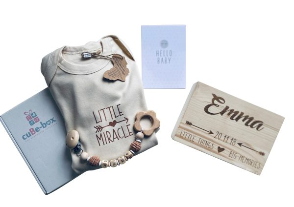 babybox neutral holz personalisiert babystrampler beisskette