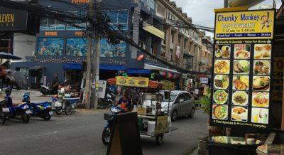 久しぶりのソイブッカオ通りを散歩。新しい建物や店が出来て変化を感じながら過ごしています。