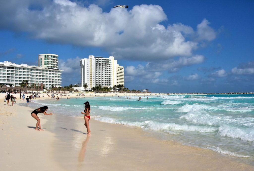 playa gaviota azul cancun