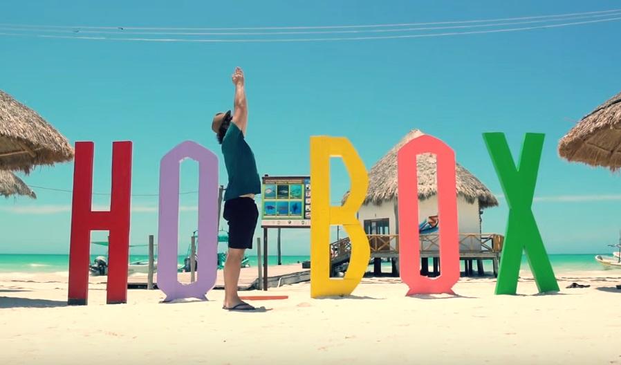 letras de holbox en la playa