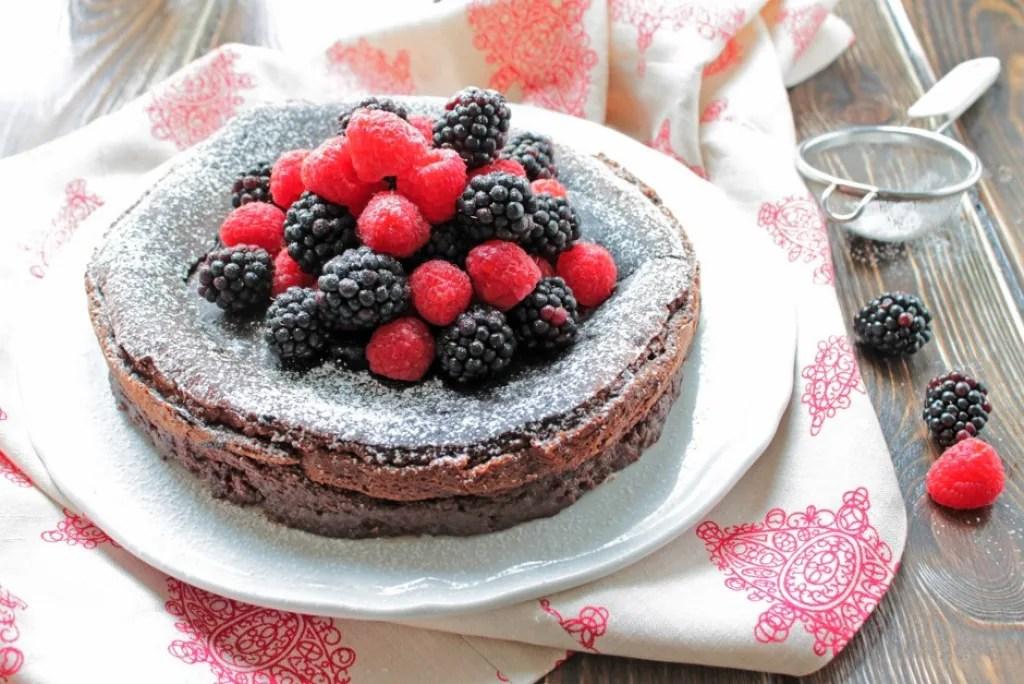 Ricetta Torta al cioccolato fondente e frutti di bosco  Cucchiaio dArgento