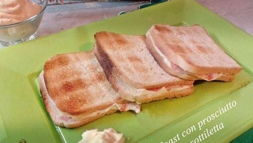 Toast con prosciutto e sottiletta