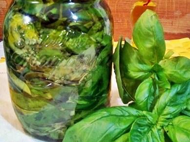 Conservare il basilico sott'olio