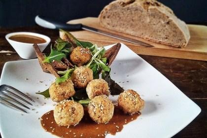 Polpette con lo pan ner e salmone su salsa tahina