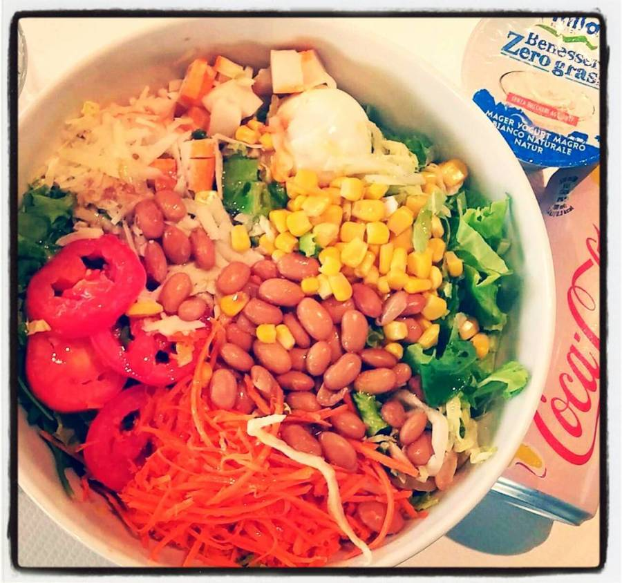 #dulight #salad #healthy #food #lettuce #tomato #egg #parmesan #surimi #carrots #corn #beans #lunch #pinko #bread