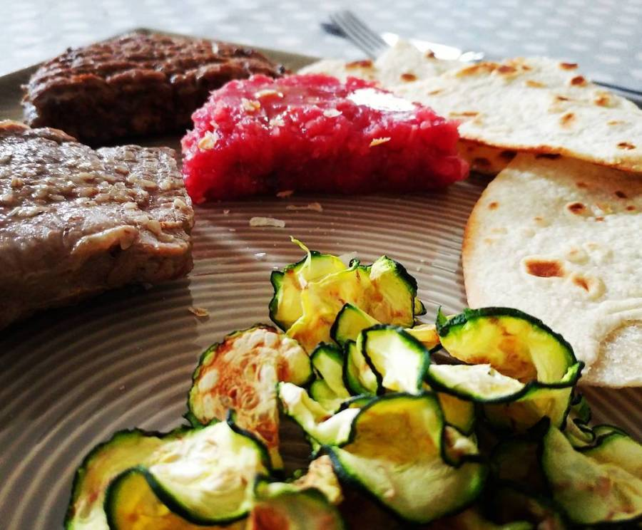 #lunch #roastbeef #tartare #hamburger #zucchine #chips #dukan #diet #highprotein #lowfat #lowcarb #fitness #proteinfood #chef #cheflife #cucinaproteica #cucinadulight