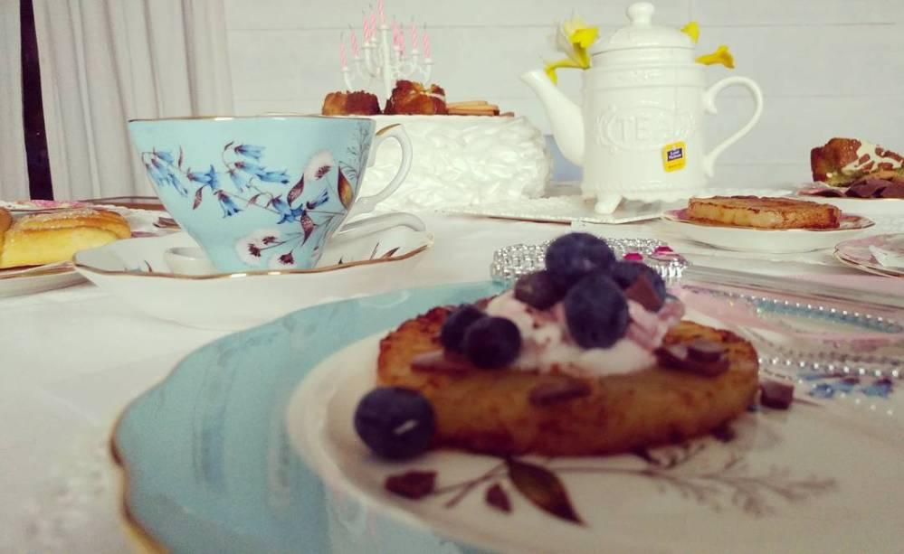 La colazione del mio compleanno! #breakfast #birthday #royal #royalalbert #dukan #diet #party #fairy #fairytable #lightfood #fitfood#skyr #ananas #mirtilli #brioches #biscotti #tea #cupoftea #cucinaproteica #cucinadulight