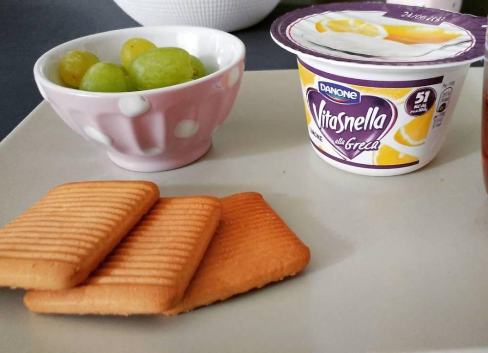 """Oggi biscottini """"da ospedale"""" che mi piacciono un sacco e yogurt greco al limone vitasnella (ha valori ottimi!)🌸🌸 #breakfast #vitasnella #greco #limone #uva #biscotti #dukan #diet #quartafase"""