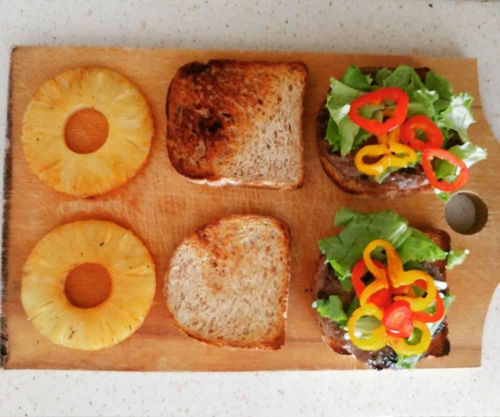 #lunch #lunchbox #sandwich #panino #integrale #hamburger #peperoni #insalata #ananas #pineapple #Jesolo #spiaggia #beach #dukan #diet #quartafase #proteinfood #lightfood #cucinaproteica #chef #cheflife #cucinadulight
