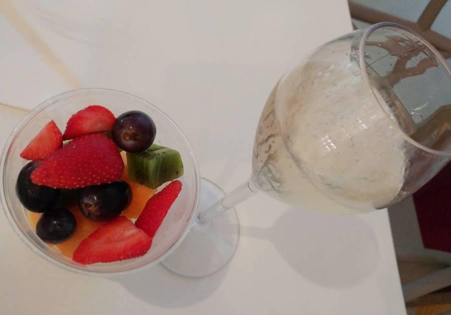 Sempre da #aquaria a #sirmione un bel prosecco con frutta fresca! Dopo un massaggio rigenerante ci voleva proprio! #terme #termedisirmione #prosecco #fruit #massage #present #dukan #diet #quartafase #wine #whitewine #garda #brescia #cucinaproteica #cucinadulight