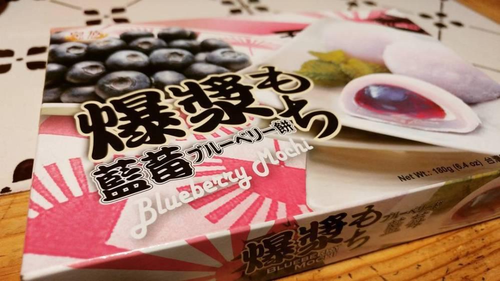 In quarta fase ci si può concedere anche un mochi del Lucca Comics! #lucca #luccacomics2017 #mochi #blueberry #newfood #japan #japanfood #meduse #rice #sugar #dukan #diet #quartafase #cucinaproteica #cucinadulight