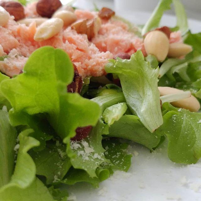Pranzetto colorato! #salad #insalata #salmone #fruttasecca #dukan #diet #light #lightfood #dietadukan #dukanitalia #quartafase #weightloss #fitness #fitfood #chef #cheflife #foodblogger #cucinaproteica #cucinadulight