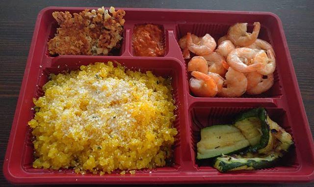 Scomparti: alimentari e mentali. #bento #bentobox #japan #shirataki #risino #konjac #zucchine #gamberi #chips #ajvar #dukan #diet #dieta #weightloss #quartafase #fitness #lightfood #benessere #chef #foodblogger #cucinaproteica #cucinadulight