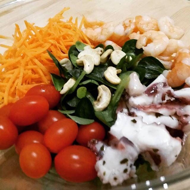 E una bella insalatona con pesce è quello che ci vuole! #salad #pomodorini #polipo #gamberi #carote #valeriana #anacardi #cena #winter #colours #dukan #diet #quartafase #weightloss #chef #cheflife #lightfood #fitness #cucinaproteica #cucinadulight