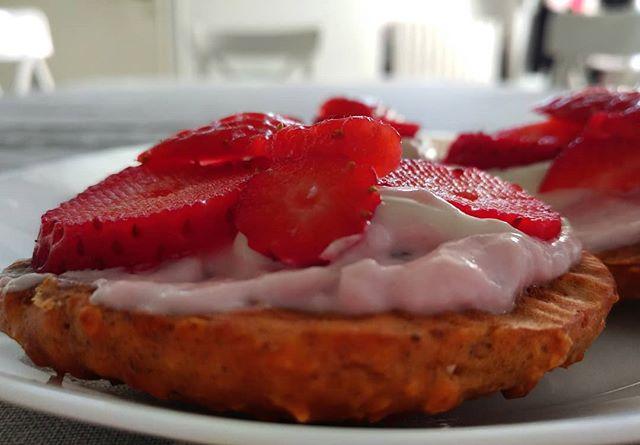 Ricetta saccottini dulight...la trovate sul nostro canale YouTube! Buongiorno 🌸🌸🌸 #morning #breakfast #colazione #saccottini #videoricette #strawberries #fragole #red #lightfood. #skyr #lidl #goldessa #dukan #diet #dieta #dukanitalia #lifestyle #foodblogger #fitness #fitfood #benessere #cucinaproteica #cucinadulight