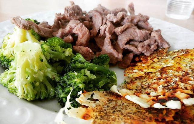 Pranziamo con proteine e verdure! #carne #straccetti #manzo #macellaio #macelleriasantantonio @santantonio_macelleria #chips #fiocchidilatte #broccoletti #dukan #diet #highprotein #lowfat #lowcarb #fitness #fitfood #benessere #cibosano #bresciafood #cucinaproteica #cucinadulight