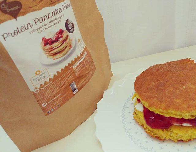 Ore 7:03 - Mamma ho voglia di giocare! - ok, giochiamo a far la colazione... Pancakes con preparato dulight, marmellata e goldessa! Che sia un buongiorno per tutti 😊 #pancakes #preparati #dulight #tibiona #marmellata #goldessa #lidl #dukan #dukanitalia #diet #dieta #highprotein #lowfat #lightfood #benessere #healthyfood #cucinaproteica #cucinadulight