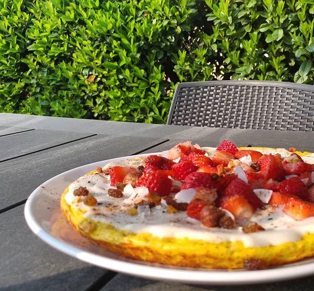 Colazione in giardino!🐝🌹🌺🌸 Un maxi pancake pronto in 5 minuti col preparato dulight lemon cheesecake, jctella bianca, fragoline a tocchetti e scaglie di cocco...il piacere di fare le scelte giuste! #pancakes #preparati #dulight #tibiona #jctella #fragole #cocco #cheesecake #benessere #risveglio #garden #siepe #dukan #diet #dieta #lightfood #fitness #fitfood #light #highprotein #lowfat #cucinaproteica #cucinadulight