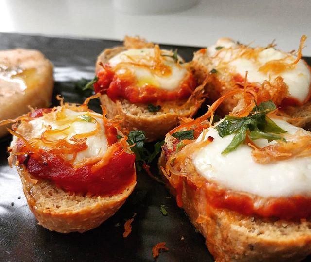 Crostini fatti con il preparato dulight per pane che potete trovare su tibiona (sezione dieta dukan - preparati dulight). E poi ajvar, doppio concentrato di pomodoro, mozzarelline, sfilacci di bovino e olio evo! Una bontà...😍😍😍 #dukan #diet #dieta #crostini #ajvar #pomodoro #mozzarella #sfilacci #lightfood #fitness #preparati #pane #tibiona #benessere #cibosano #foodblogger #cucinaproteica #cucinadulight