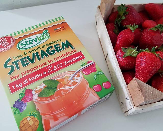 """Oggi siamo """"di marmellata""""! Steviagem di Stevida é un preparato che permette di produrre marmellate con dolcificanti naturali, così restano solo gli zuccheri naturalmente presenti nella frutta! 🍓🥝🍍🍊 Ha ingredienti ben noti a chi segue Cucina Dulight: eritritolo, agar, fdsc... 😋🤗Tutti dukan compatibili (la frutta solo in 7 giorni e dal consolidamento, ma potete fare con zucca o carote se siete in crociera!) e ovviamente light! 🤩😍 La video ricetta originale la trovate sul nostro canale youtube, basta sostituire l'addensante usato con Steviagem! #stevia #steviagem #senzazucchero #frutta #marmellata #jam #natural #easyfood #benessere #cibosano #dukan #diet #dietadukanitalia #fitness #light #bresciafood #ddi #lightfood #dolcificante #naturaleza #"""