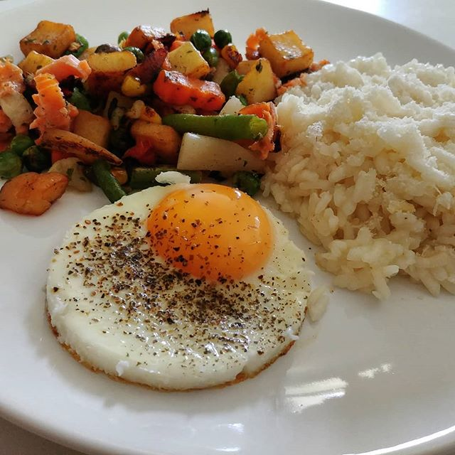 Pranzo veloce post allenamento: riso bianco cotto al micro nel cuociriso, verdure e legumi saltati in padella, ovetto quasi sodo. 🍚🍛😀 Anche in quarta fase...vividulight! #rice #riso #micro #easy#incucina #informa #dukan #diet #benessere #cibosano #fitness #bbgitalia #fitfood #lightfood #lunch #summer #cucinaproteica #cucinadulight