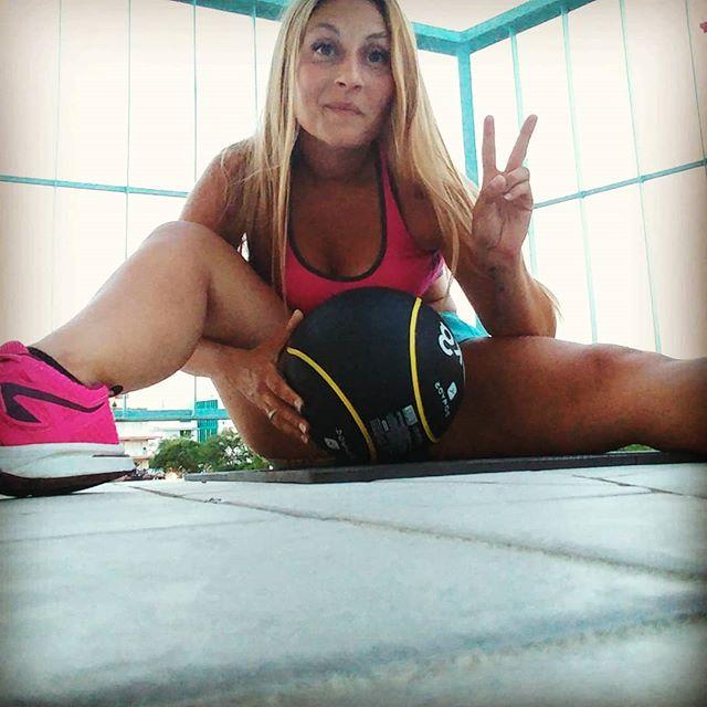 Io, la palla medica e la terrazza al mare 😬 Cardio & ABS nell'unico angolo di balcone dove si riesce a prendere un po' d'aria! Temperatura percepita: Sole. #bbg #bbgitalia #fitness #sport #week5 #morta #fitmum #benessere #informa #rassodare #perderepeso #stiledivita #wheightloss #bodytransformation #bodyrevolution #wellness #wayoflife #jesolo #jesolo2018 #dukan #diet #quartafase #cucinaproteica #cucinadulight
