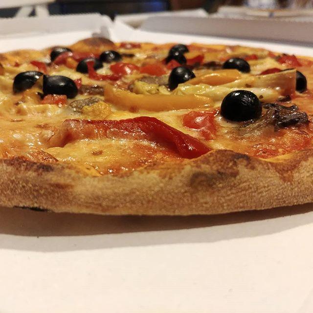 In bilico, tra santi e falsi dei, sorretta da un'insensata voglia di equilibrio, arriva lei: la Pizza!😍🍕 Mangiar bene vuol dire mangiar TUTTO con buon-SENSO! #pizza #nilo #torbole #bresciafood #quartafase #dukan #diet #dieta #consapevolezza #equilibrio #benessere #fitness #sport #wayoflife #olive #peperoni #carciofi #foodblogger #bontà #pizzatime #summer #dinner #family