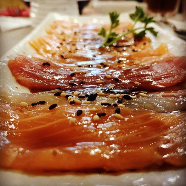 """""""Le scelte più difficili si presentano quando si è totalmente liberi."""" Cena di quarta al giapponese: tanto pesce, un po' di riso e qualche assaggio di cotto. 🍙🍘🍣🍱 #sushi #giapponese #japan #japanfood #carpaccio @nagoya3bs #nagoya #sashimi #fish #seafood #crudite #light #dukan #diet #dieta #protein #fitness #dinner #incucina #cibobuono #sushitime #wok #allyoucaneat ma non troppo #chef #cucinaproteica #cucinadulight"""
