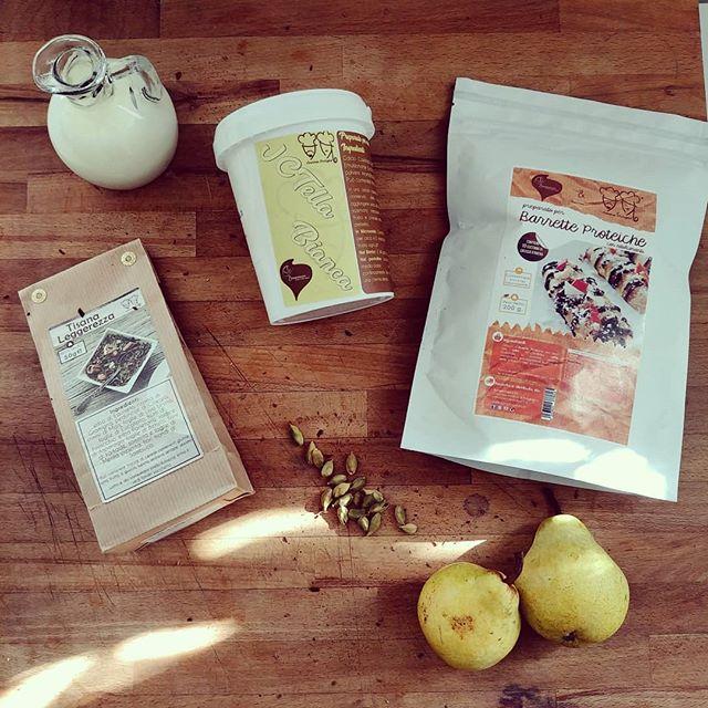 INDOVINA LA RICETTA!😁 Che ci faccio oggi con questi 3 preparati? Saranno tutti uniti in un'unica preparazione...impossibile? State a vedere!😍 #preparati #tibiona @bongionatura #pere #barrette #proteinbar #proteinfood #fitness #fitfood #jctella #tisana #leggerezza #benessere #milk #dolci #pasticceria #incucina #light #lightfood #dukan #dukanitalia #diet #dieta #cibosano #sweet & #sweat #cucinare #lovecooking #cucinaproteica #cucinadulight
