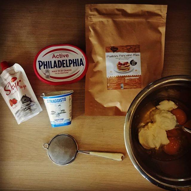 """Avrei potuto chiamare questa torta """"Tripudio allettante di latticini"""". Invece sarò onesta e, umilmente, la intitolerò """"Quel che resta del mio frigo"""". Comunque è buona! 😂😋 #philadelphia #skyr #straggisto #pancakes #preparati #dulight #tibiona #dukan #diet #dieta #lightfood #leggerezza #incucina #chef #cheflife #fitness #healthyfood #cucinaproteica #cucinadulight @idanonedalmondo @philadelphiaitalia @bongionatura"""