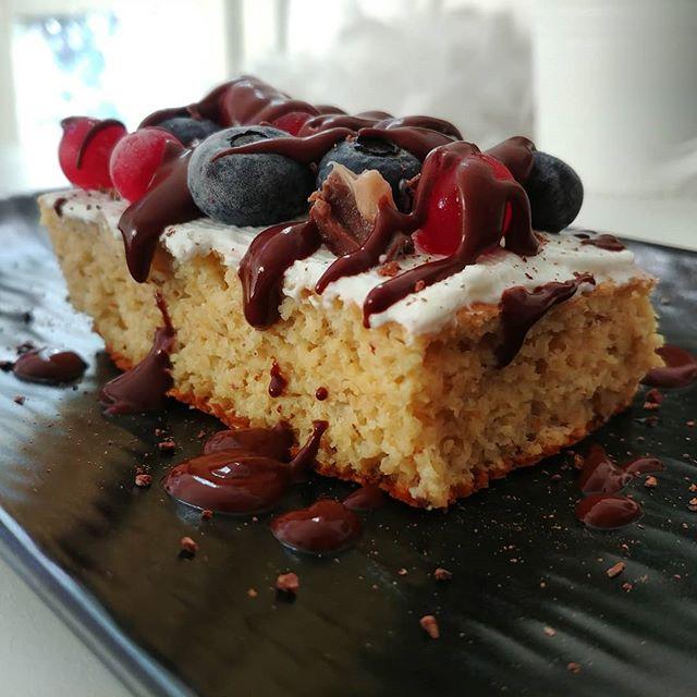 """Tegolino del mattino con frutti rossi, cioccolato funzionale """"buonumore"""", cioccolatino al baileys e skyr bianco. BUONGIORNO!🍰🍫 #preparati #dulight #pancakes #lightfood #quartafase #dukan #diet #dieta #energia #healthyfood #incucina #chef #cheflife #fitness #fitfood #cibosano #dimagrimento #dietadukanitalia #cucinaproteica #cucinadulight @erboristeria.langelica @bongionatura @lidlitalia"""