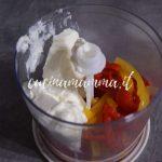 Quadrotti di sfoglia con salsa ai peperoni