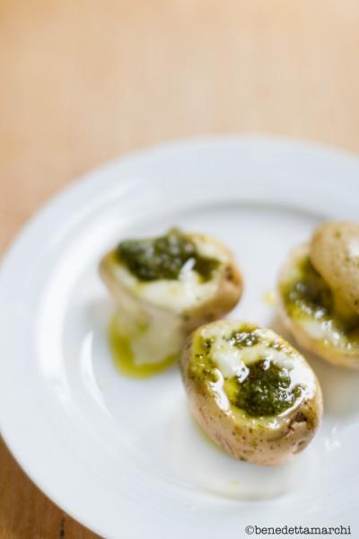 patate-al-forno-con-pesto-e-stracchino