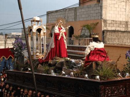 anda procesional de Jesús y Virgen de la Parroquia Lunes Santo. Foto: Wilfred Monroy.