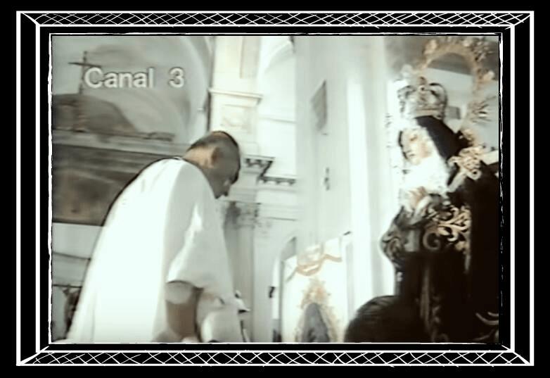 Monseñor Penados Del Barrio frente a la Reina de la Paz en el rito de su consagración.