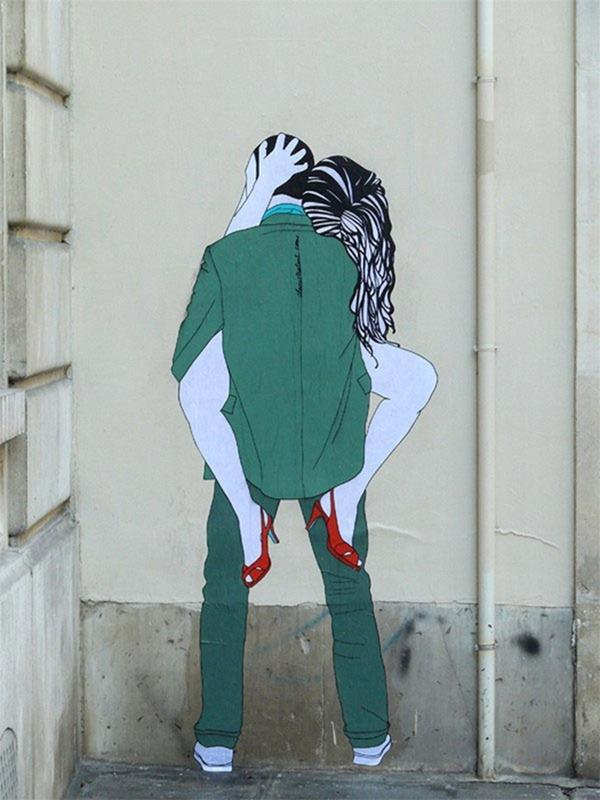 Claire Streetart is a French artist making smashing street art , depicting on the walls of France – as Paris and Montpellier – and Brazil cities the sensual silhouettes of kissing lovers.