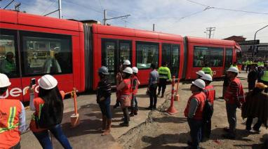The tram rolls out of the train yard at Unidad Nacional and Av. Mexico.
