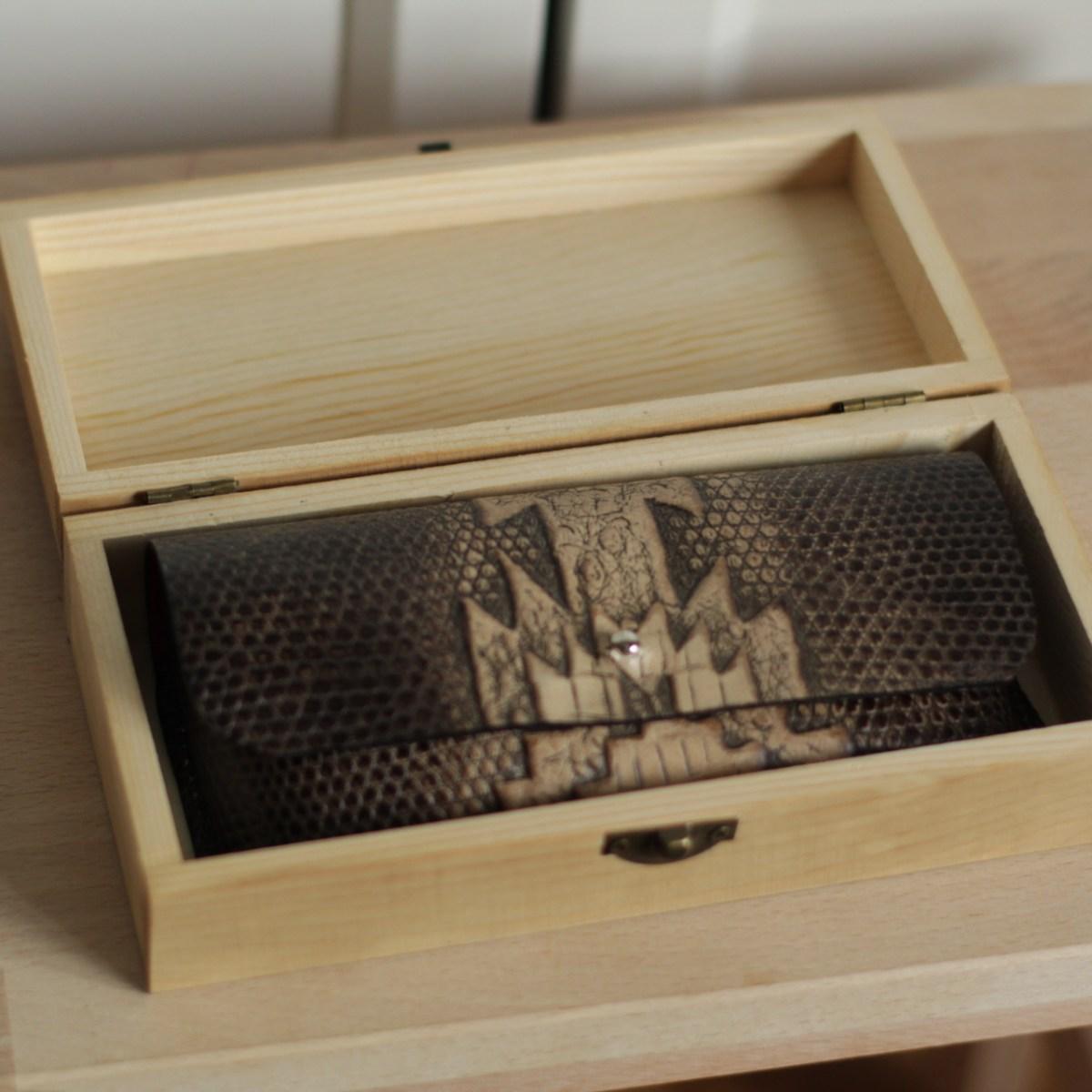 funda de gafas en piel grabada para hombre regalo en caja de madera