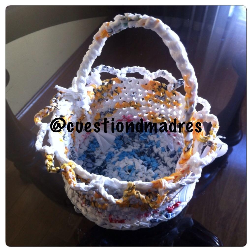 DIY cestas con bolsas de plástico imitando a las de ganchillo